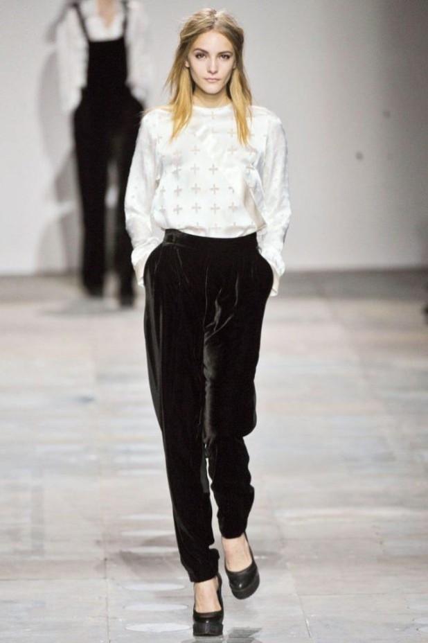 модные брюки в 2018-2019 году для женщин: бархатные черные