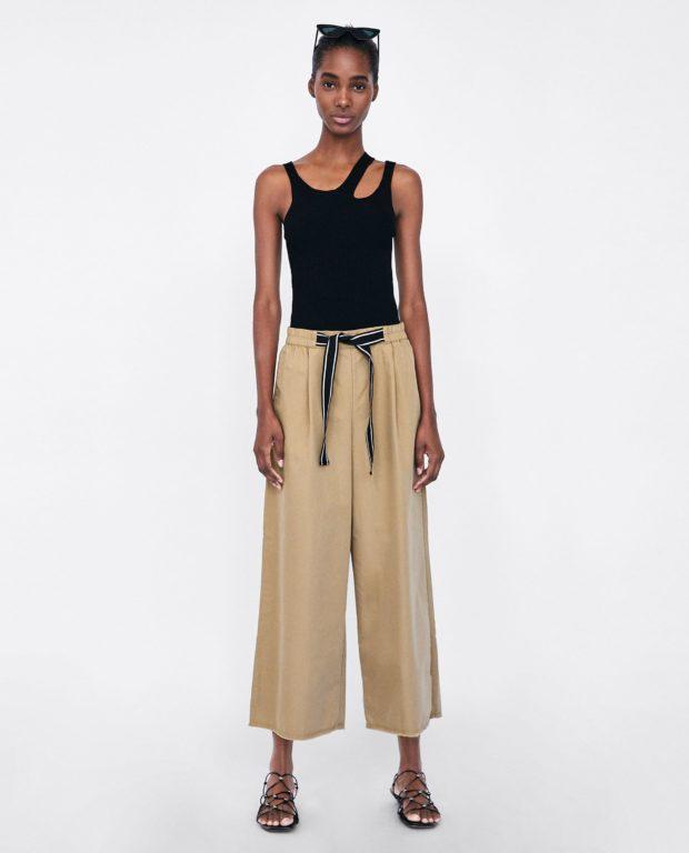 брюки женские 2021 года модные тенденции: бежевые