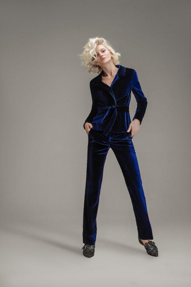 модные брюки в 2020-2021 году для женщин: бархатные синие