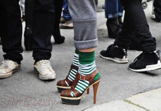 модные туфли 2018: носки зеленые полосатые