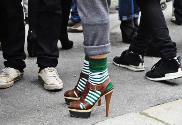 модные туфли 2018-2019: носки зеленые полосатые