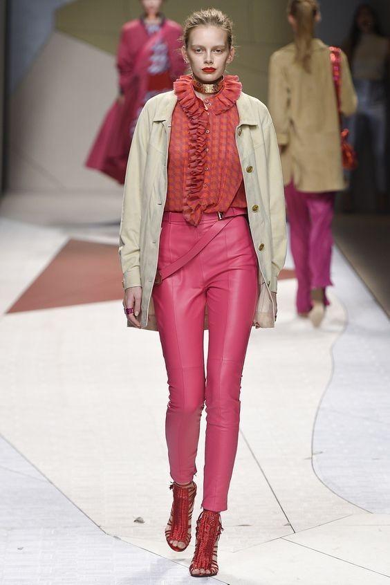 женские брюки: кожаные розовые