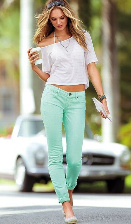 стильные образы на каждый день для девушек: мятного цвета брюки