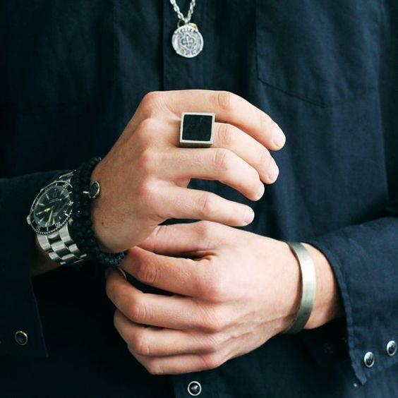 Как носить перстень мужчине на среднем пальце