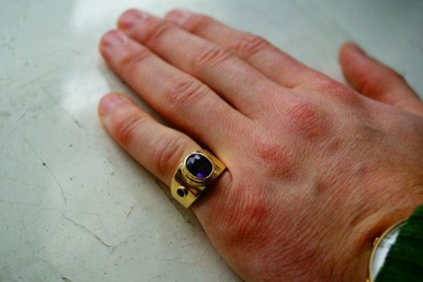 перстень на мизинце мужчины