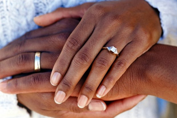 перстень на среднем пальце мужчины