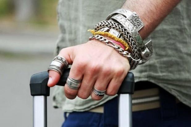 перстень на указательном пальце мужчины