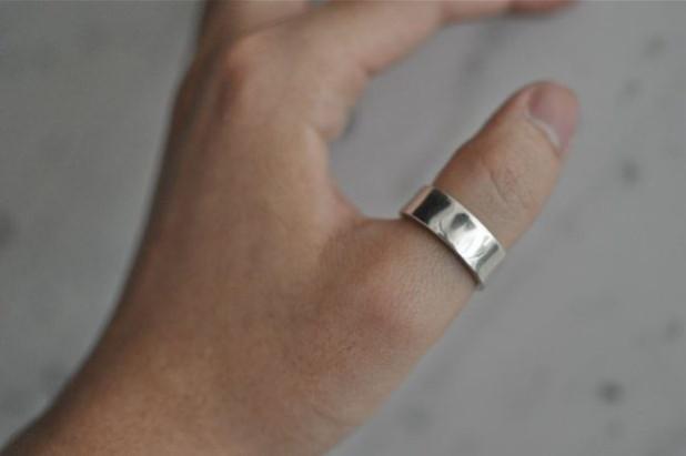 перстень на большом пальце мужчины