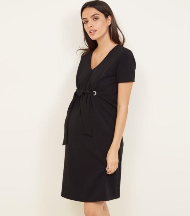 мода для беременных: черное платье с V-образным вырезом
