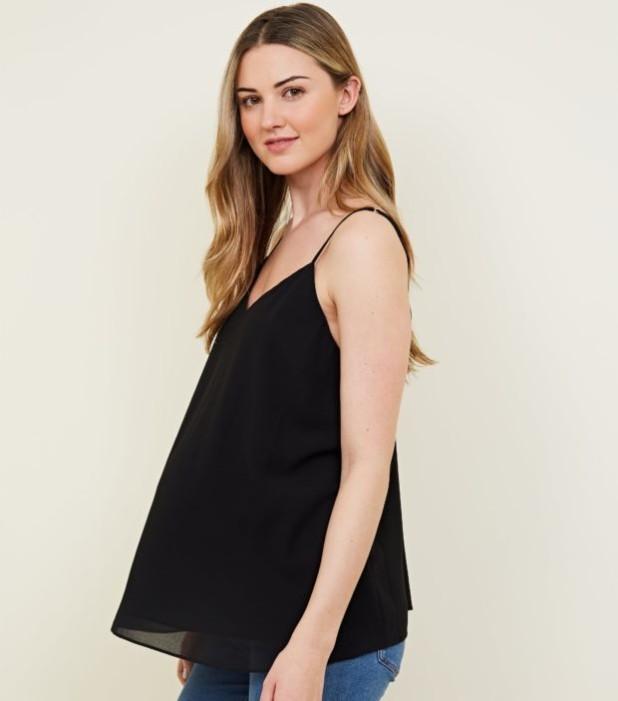 мода для беременных: черная майка с V-образным вырезом