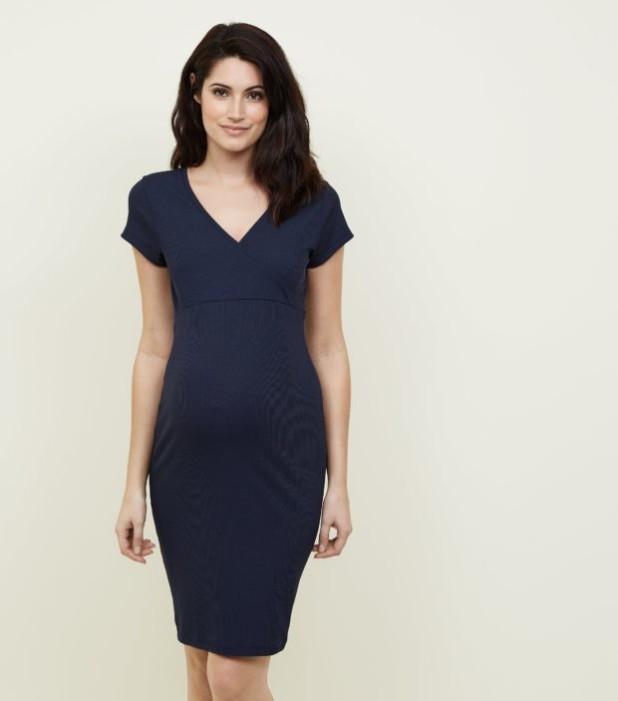 мода для беременных: платье с V-образным вырезом синее