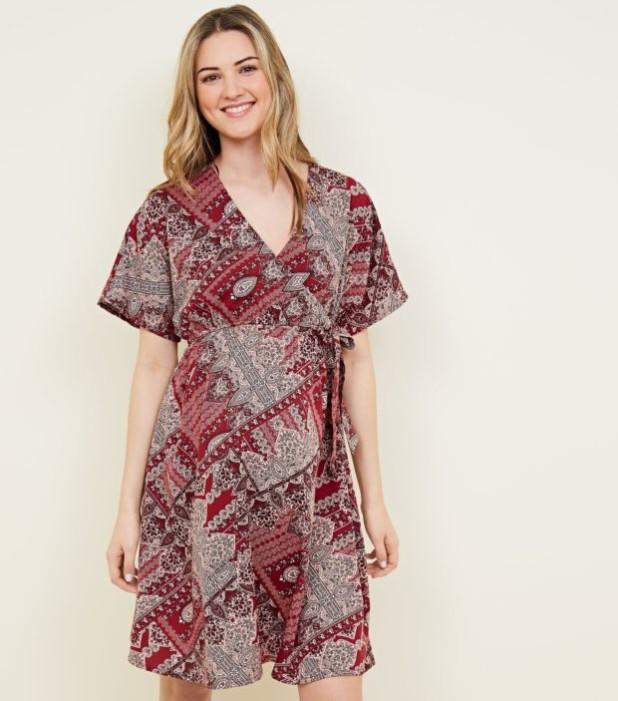 мода для беременных: платье с V-образным вырезом с принтом