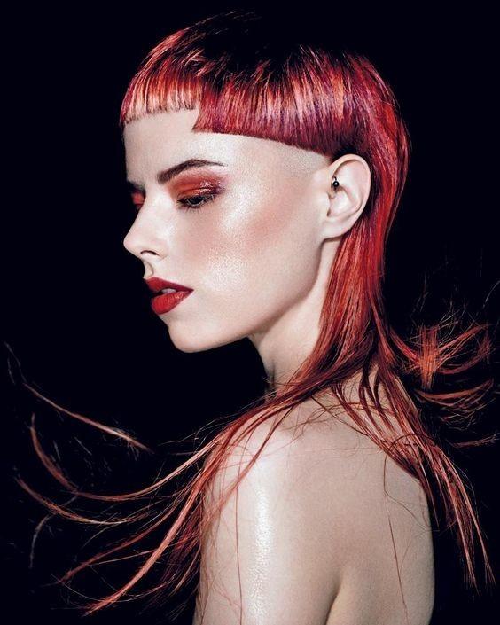 Модная геометрическая челка на длинные волосы фото