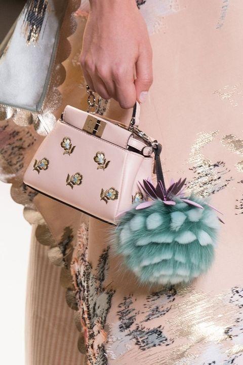 модная сумка с помпонами фото