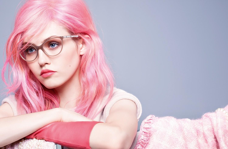 знал, что розовые волосы фотосессия модным фиолетовым маникюром