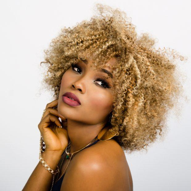 Модный карамельный оттенок волос