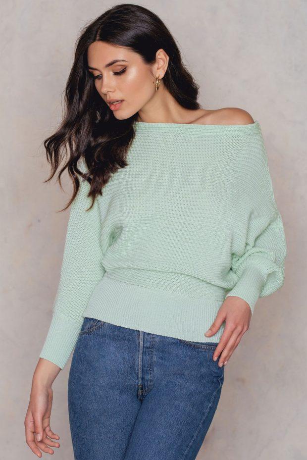 Модные свитера с акцентом на плечи осень-зима 2019-2020 женские фото