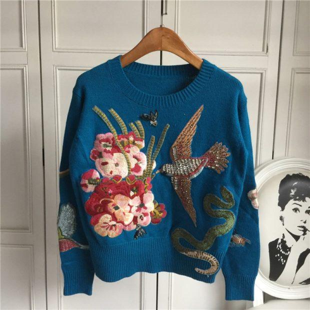 модные свитера осень 2019-2020 фото: синий с вышивкой