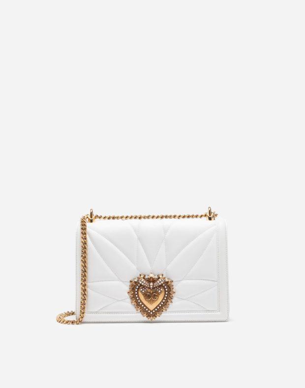 белая сумка с золотой цепочкой