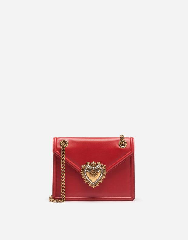 красная сумочка с золотой цепочкой и узором