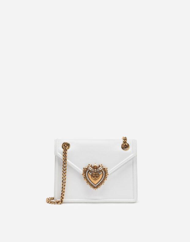 белая сумочка с золотой цепью и узором