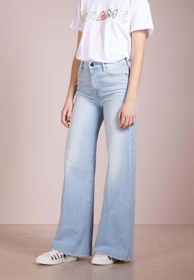 модные женские джинсы: клёш под футболку