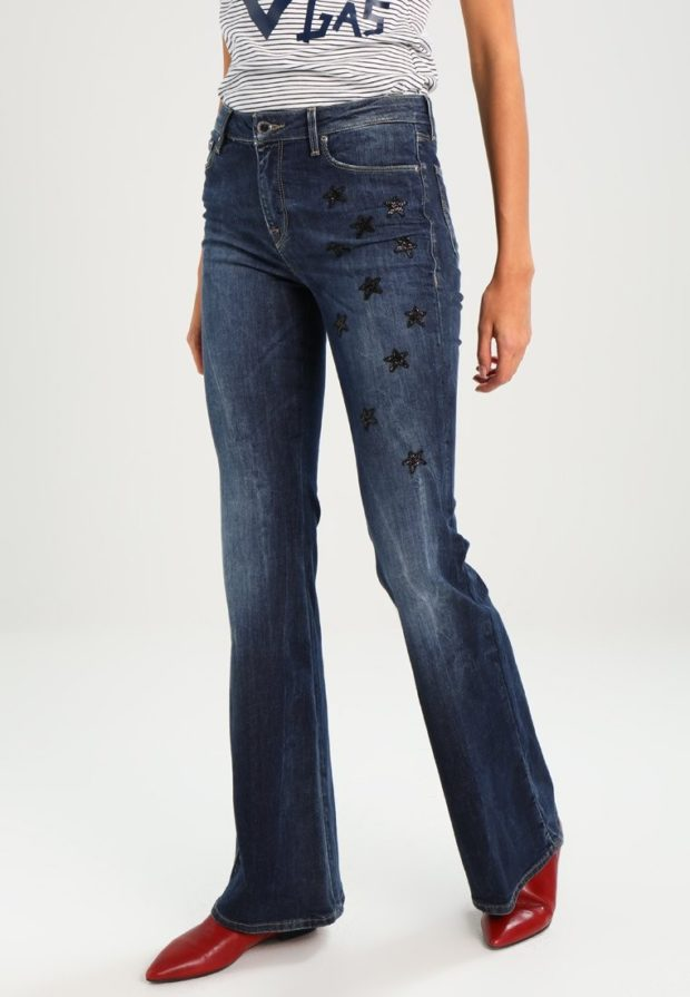 модные женские джинсы: клёш темно-синие