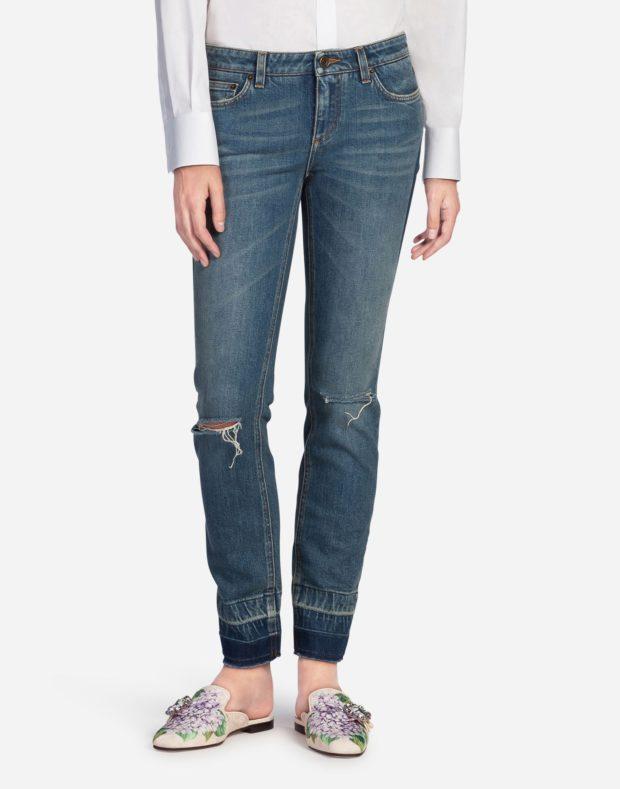 женские джинсы 2019-2020: рваные синие