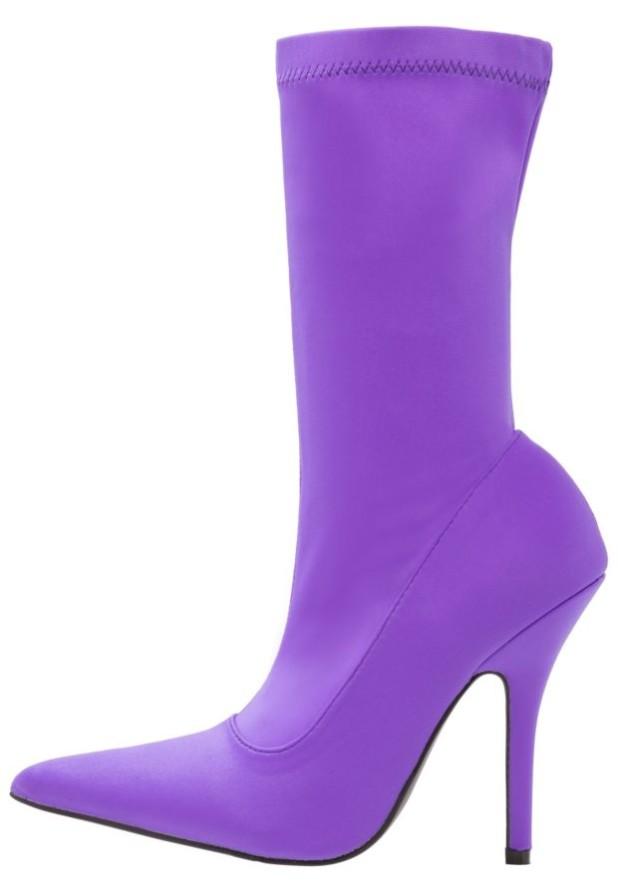 Модные фиолетовые сапоги на каблуке