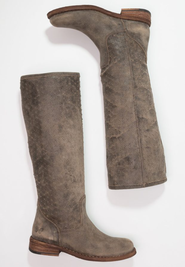 Модные серые женские сапоги