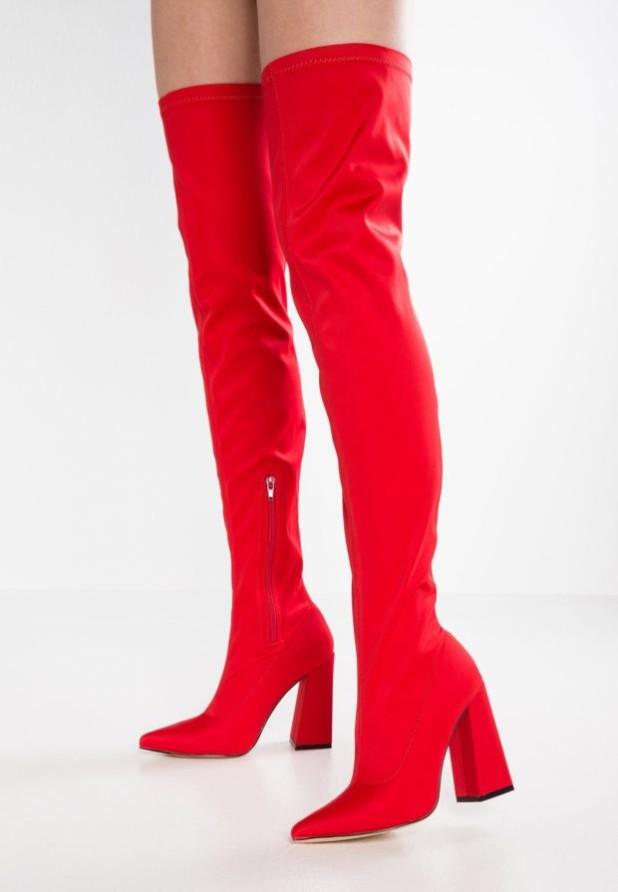 Модные красные сапоги на каблуке