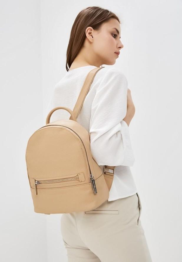 Модные женские сумки: бежевый рюкзак