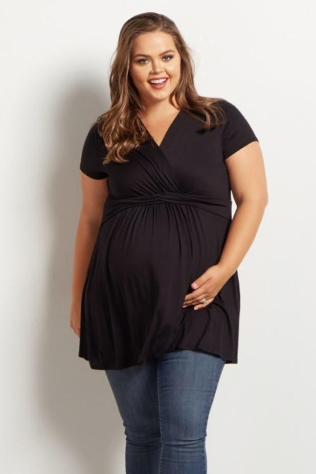 мода для беременных 2018-2019: черная блуза с V-образным вырезом