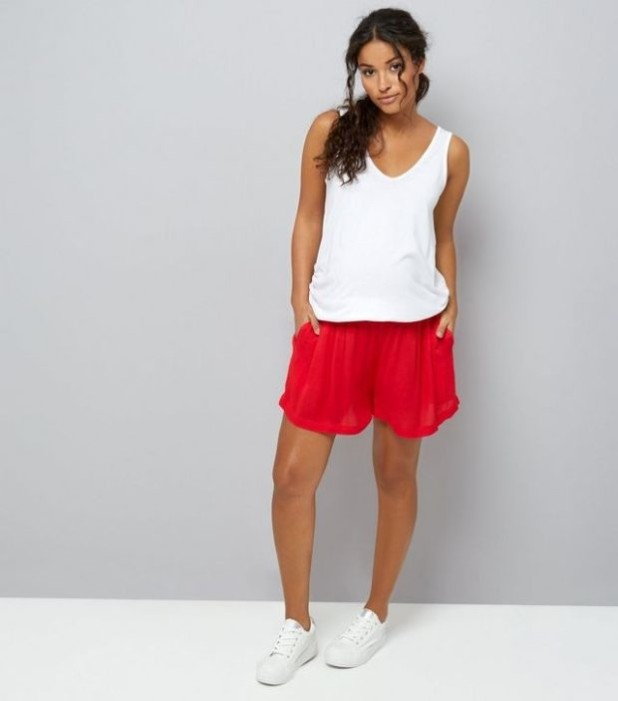 мода для беременных 2018-2019: белая майка