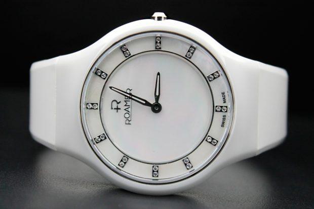 Женские наручные часы из пластика