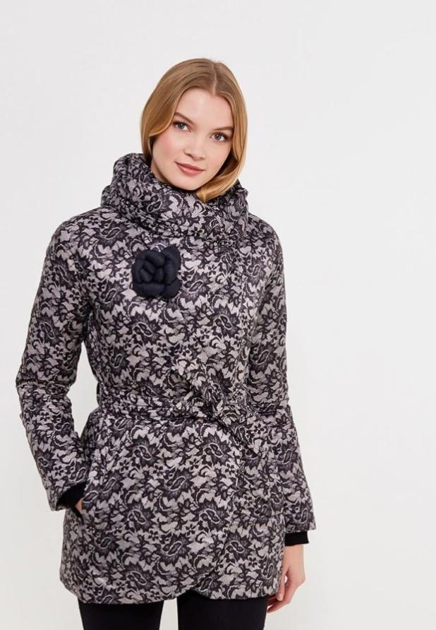 Модный черный с белым пуховик в базовом гардеробе