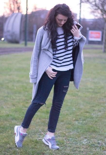 Как носить кроссовки с рваными джинсами