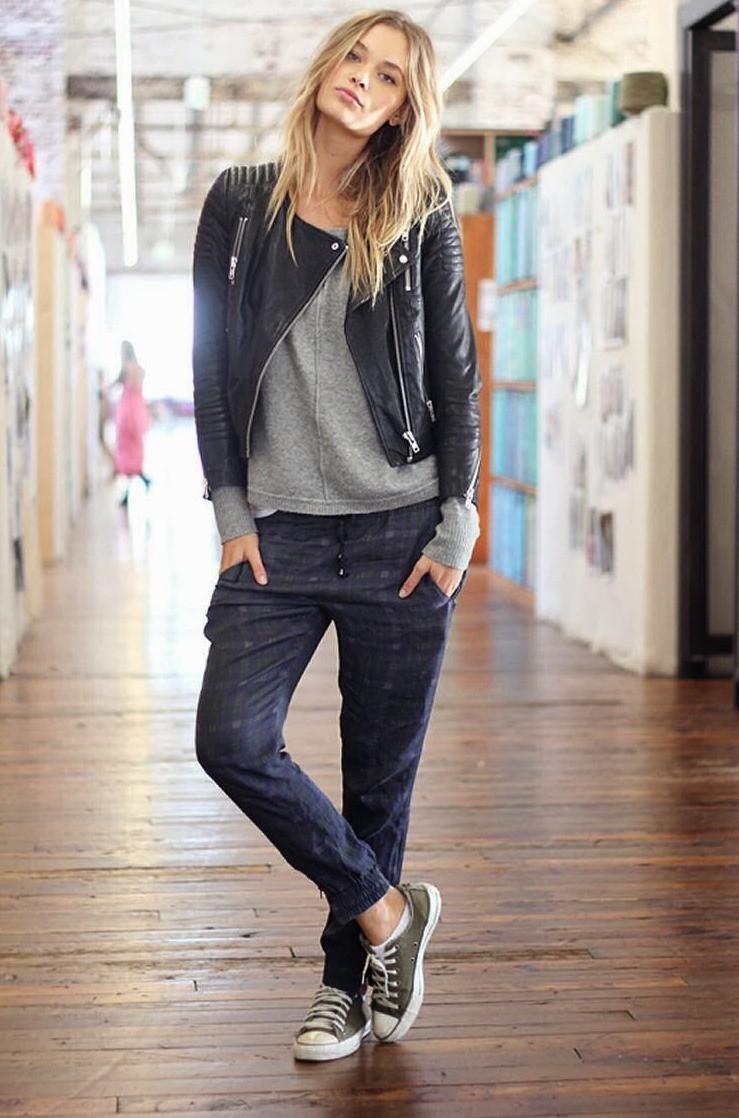кроссовки с джинсами