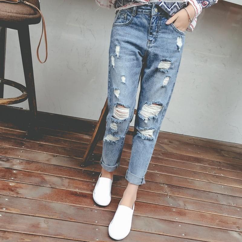 кроссовки с рваными джинсами