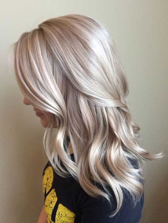 эффектная покраска волос для «натуральных» блондинок на средние волосы
