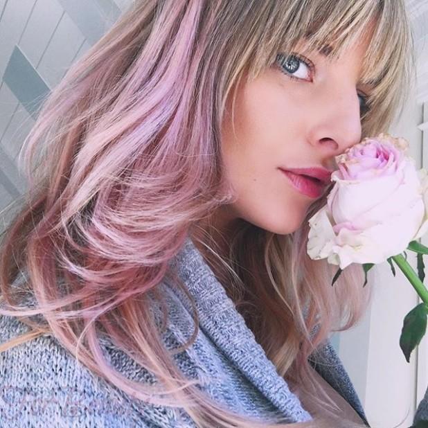 Модное необычное окрашивание с розовыми отливами на длинные волосы 2018-2019 фото