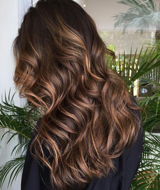 окрашивание на длинные волосы: калифорнийское мелирование с цветными прядями на длинные волосы 2018-2019 фото