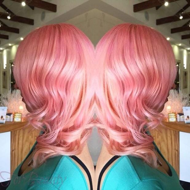 Модное окрашивание волос с розовыми отливами 2018 году на короткие волосы фото