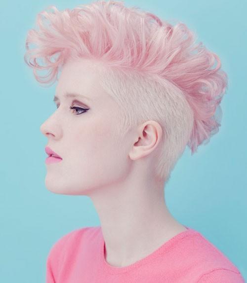прическа с короткими розовыми волосами
