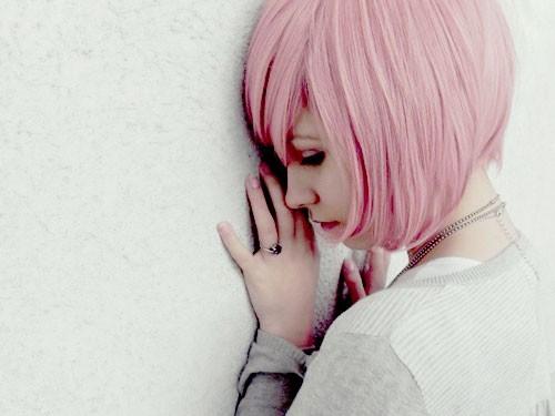 прическа с розовыми волосами