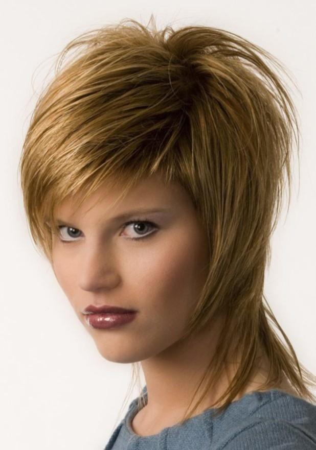 Модная стрижка «Каскад» на средние волосы с челкой