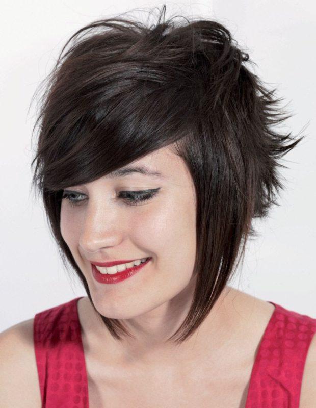 стильная стрижка «Каскад» на средние волосы с челкой фото