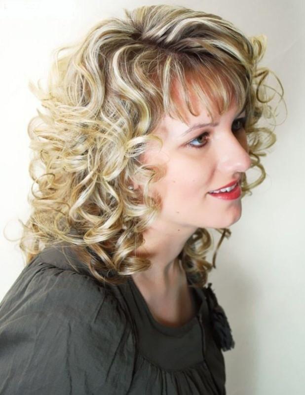 кудрявая стрижка на средние волосы с челкой после 30