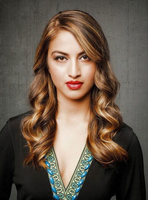 Модная волнистая стрижка на средние волосы с челкой