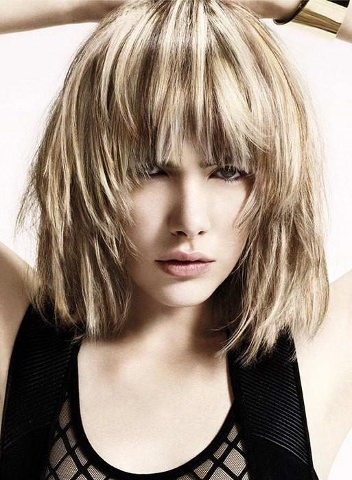Модная рваная стрижка на средние волосы с челкой
